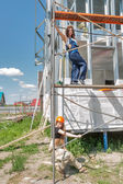 Attraktiva kvinnor på byggarbetsplats — Stockfoto