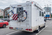 Camper with bicycle in city — Stockfoto