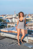 屋根の上の少女 — ストック写真