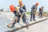 Workers mount bridge span — Stock Photo