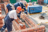 Team of bricklayers on house construction — Stockfoto