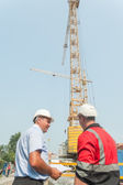 Chief engineer communicates with foreman — Stockfoto
