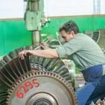 Постер, плакат: Mechanic assembles turbine for aviation engine