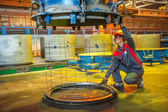 Worker controls process of making circle block — Stockfoto