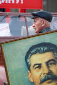 Member of KPRF bears Stalin's portrait — Foto Stock