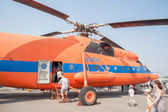 Visitors of air show explore the MI-6A helicopter — Foto Stock