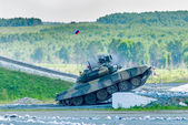 Tank T-80s move and shoots sideward — Stock fotografie