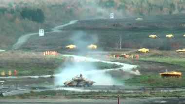 Tank T-90 shoots and leaves — Stock Video