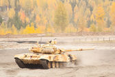 Tank T-90S moves with turret turned back — Stock Photo