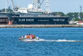 Menschen in gummiboot mit motor schwimmer — Stockfoto