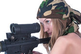 Beautiful young woman aims on sniper rifle — Stock Photo