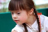 Retrato de joven hermosa en el patio. — Foto de Stock