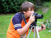 Young photographer takes pictures on the nature — Stock Photo