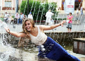 Beautiful girl relaxing with a fountain . — Stock Photo