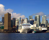 British Columbia. Vancouver Canada cityscape with cruise ships. — Stock Photo