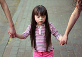 Girl holding arms of the sisters on a walk . — Foto Stock