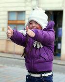 Retrato de hermosa niña feliz dando pulgares. — Foto de Stock