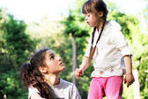 Meisje met zus — Stockfoto