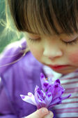 Portrait of beautiful young girl with flowers — Stockfoto