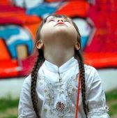 Retrato de uma jovem muito bonita olhando no parque — Fotografia Stock