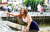 Beautiful girl relaxing with a fountain . — 图库照片