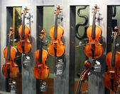 The most famous violins made by Andrea Amati, Nicolo Amati, Antonio Stradivari, Giuseppe Guarneri, Jacob Stalner in MUSEUM CITE DE LA MUSIQUE — Stock Photo