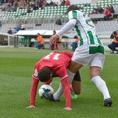 футболисты играют в мяч — Стоковое фото