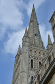 Pináculo de catedral de norwich olhando para cima — Foto Stock