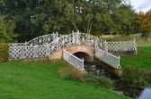 Orné de fer pont sur petit ruisseau — Photo