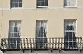 英语小镇房子与铁阳台关门 — 图库照片