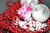 Närbild på grannlåt och jul box på pärlor — Stockfoto