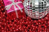 Boule argentée et boîte de noël sur les perles — Photo