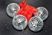 Adornos de navidad plata y caja roja — Foto de Stock