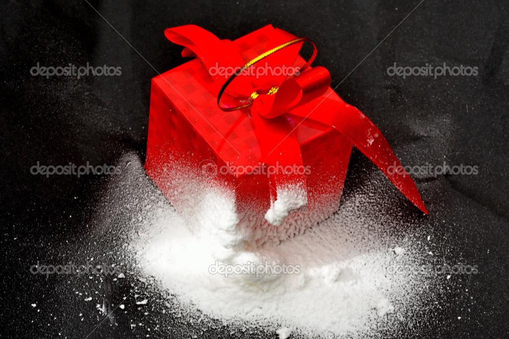 黑色白色雪上空的红色框
