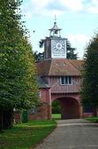 Stróżówka i zegar przez drzewa — Zdjęcie stockowe