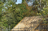 Roof under construction in rural setting — Stock Photo