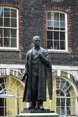 Staty av lord nuffield stående i kvadrat — Stockfoto