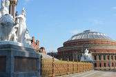 Statues and fence of memorial overlooking Albert Hall — Stock Photo