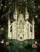 заколдованный замок посреди леса — Стоковое фото