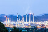 Oil refinery plant at twilight night — Stock Photo