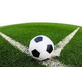 Bola de futebol na grama verde campo isolado — Foto Stock