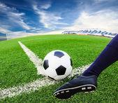 Stopy kopanie piłki nożnej — Zdjęcie stockowe