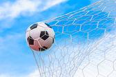 Ballon de soccer en objectif net — Photo