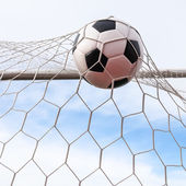 Voetbal in doel netto — Stockfoto