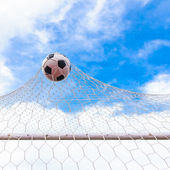 Ball in goal net — 图库照片