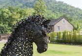 農場の家での現代鋼鉄馬の顔を飾る — ストック写真