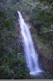 Lunga cascata in montagna — Foto Stock