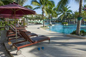 Empty pool bed along swimming pool — Stock Photo