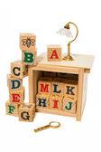 Деревянные алфавита блок с настольной лампой и увеличительное стекло — Стоковое фото