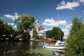 Cuarenta mártires de la iglesia en la boca de la trubezh del río. rusia, región de yaroslavl, pereslavl. — Foto de Stock